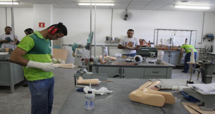Como desenvolver uma fábrica de próteses ortopédicas com material reciclado.